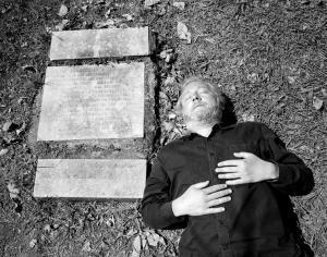 Der kolumbianische Autor Héctor Abad neben dem Grab seines ermordeten Vaters auf dem Cementerio Campos de Paz in Medellín
